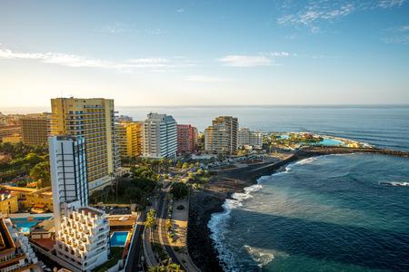 スペインのテネリフェ島のプエルト ・ デ ・ ラ ・ クルス市の空中写真 写真素材