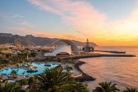 Widok na panoramę miasta Santa Cruz z parkiem, oceanem i górami na tle wschodu słońca, Wyspy Kanaryjskie, Hiszpania