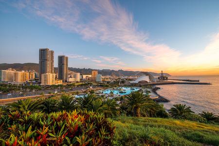 Widok na panoramę miasta Santa Cruz z parkiem, oceanem i górami na tle o wschodzie słońca, Wyspy Kanaryjskie, Hiszpania
