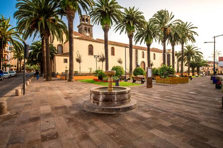 Plac z fontanną przy kościele Niepokalanego Poczęcia w mieście La Laguna na Teneryfie wyspie