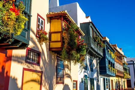 anciens balcons colorés célèbres décorées avec des fleurs dans la ville de Santa Cruz sur l'île de La Palma en Espagne