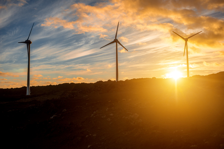 Elektrische windmolens op de hemel achtergrond op de zonsondergang
