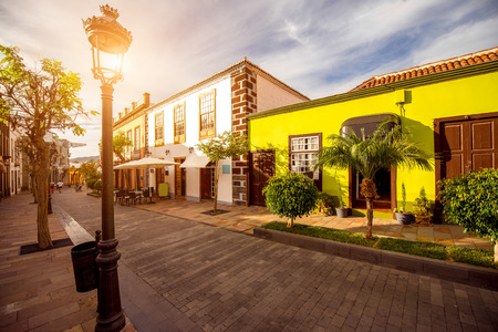Vista strada con edifici colorati nel centro della città di Los Llanos sull'isola di La Palma in Spagna