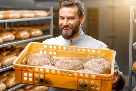 Stattliche Bäcker Haltebox voll frisch bei der Herstellung buckweat Brote gebacken Standard-Bild - 54120278