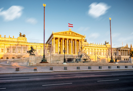 Oostenrijks parlementsgebouw met Athena-standbeeld op de voorzijde in Wenen op de zonsopgang. Lange blootstelling beeldtechniek met ingegraven wolken Stockfoto
