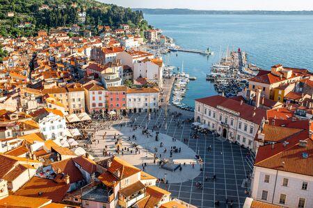 Schöne Luftaufnahme auf Piran Stadt mit Tartini Hauptplatz, alten Gebäuden mit roten Dächern und Adria im südwestlichen Slowenien