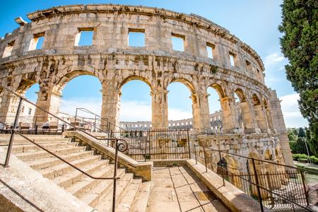 크로아티아 풀라 도시에서 고 대 로마 원형 극장의 건축 조각.