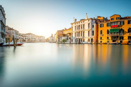 Cityscape van Venetië uitzicht op het Canal kanaal met kleurrijke gebouwen en boten. Lange blootstelling beeld techniek met glanzende water