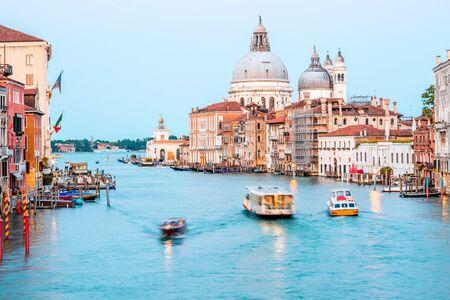 Bekijk op verlichte Grand canal met Santa Maria basiliek van Accademic brug in de schemering in Venetië. Lange belichtingstechniek