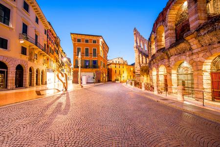 ヴェローナ市のアリーナで照らされたブラ広場の夜の景観