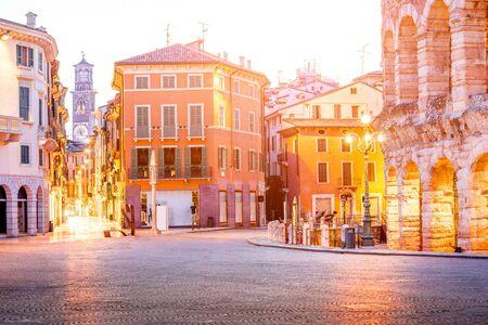 ヴェローナ市のアリーナ、Lamberty タワーで照らされたブラ広場の夜の景観