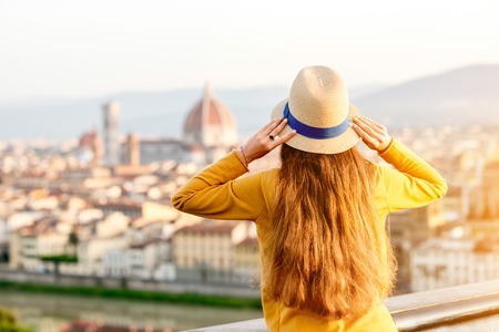 Jonge vrouwelijke toerist die van het uitzicht op de oude stad van Florence van Michelangelo-vierkant genieten in de ochtend in Italië.