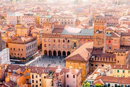 イタリアのマッジョーレ広場とボローニャ旧市街の塔から空中都市景観ビュー