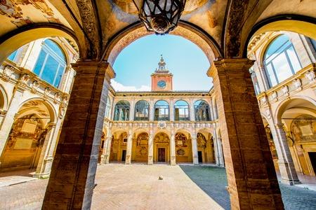 今市立図書館と有名な解剖劇場を収容するボローニャのアルキジンナージオ宮のボローニャ, イタリア - 2016 年 5 月 23 日: インナー ヤード。ボローニャで最も重要な建物の一つです。
