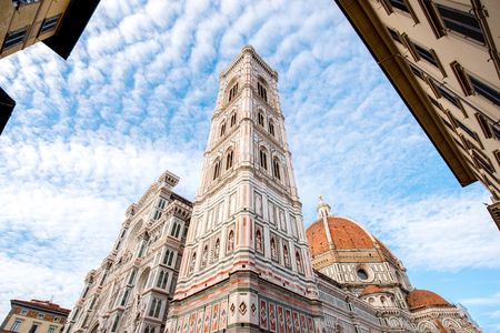 フィレンツェの有名なサンタ マリア デル フィオーレ大聖堂教会。下から見る