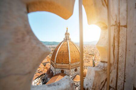 フィレンツェのドゥオーモって町の大聖堂のゴシック様式のバラ窓を介して表示します。 写真素材