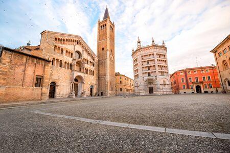 Cattedrale di Parma con Battistero torre pendente sulla piazza centrale della città di Parma in Italia