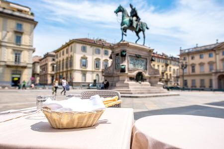 gressins: Table de restaurant avec des gressins sur la place Bodoni dans la ville de Turin en Italie