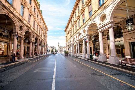 Turijn, Italië - 12 juni 2016: Rome centrale voetgangers straat met winkels en mensen lopen in de stad Turijn in de ochtend in Italië