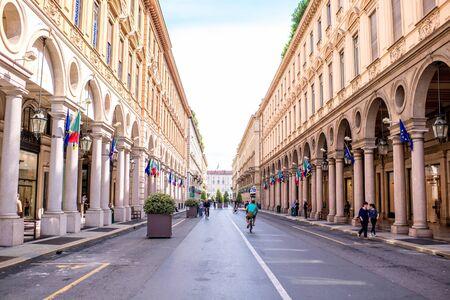 Turin, Italie - 12 juin 2016: la rue piétonne centrale de Rome avec des magasins et des personnes se promènent dans la ville de Turin le matin en Italie