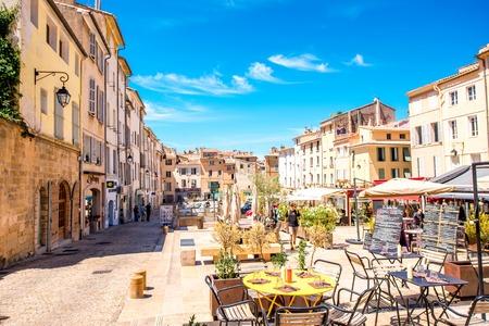 Aix-en-Provence, Francia - 20 giugno 2016: Piazza Cardeurs con caffè e ristoranti nel centro storico di Aix-en-Provence, nel sud della Francia. Editoriali