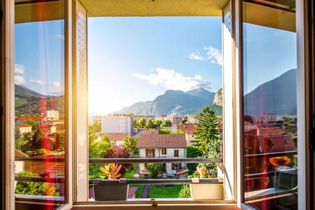 Mooi cityscape uitzicht vanuit het raam in het oude woonwijk met bergen in Grenoble stad in het oosten van Frankrijk Stockfoto
