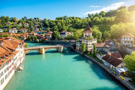 Cityscape mening over de oude stad met rivier en brug in de stad van Bern in Zwitserland