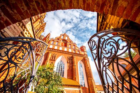 リトアニア ビリニュスの街古都の美しいアッシジのフランチェスコ、ゴシック様式の教会の門からの眺め。 写真素材