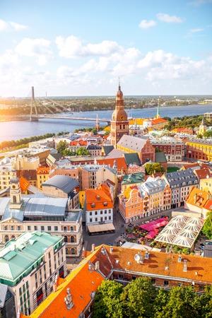ドーム大聖堂、リガ、ラトビアのカラフルな建物がある旧市街の空中写真