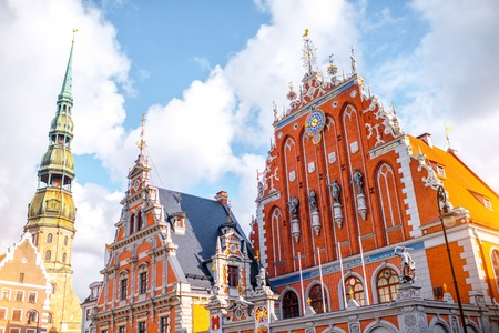 Ver en la plaza central con casas famosas de Blackheads y la torre de la catedral en la ciudad de Riga, Letonia Foto de archivo - 67017866