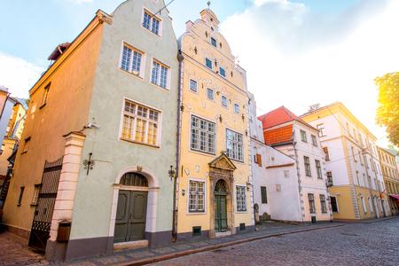 Vue dans les célèbres trois maisons de frères dans la vieille ville de Riga, en Lettonie. C'est le plus ancien complexe de maisons d'habitation à Riga