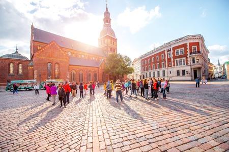 リガ、ラトビア - 2016 年 9 月 22 日: リガの町の旧市街の観光客で賑わう広場にドーム大聖堂観
