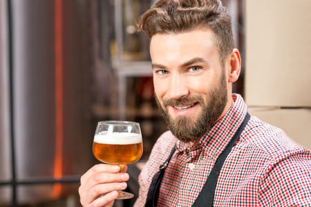 Brewer mit Bier Standard-Bild - 68489510