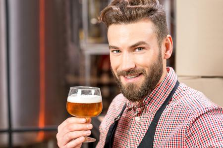 Brouwer met bier Stockfoto