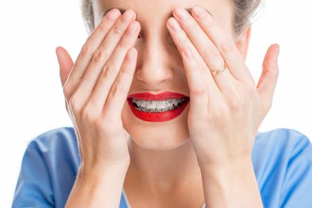 歯ブレースを有する女性