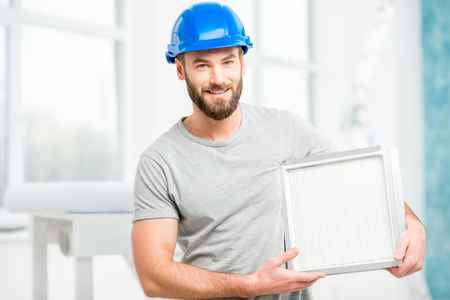 air cleaner: Trabajador con el filtro de aire Foto de archivo