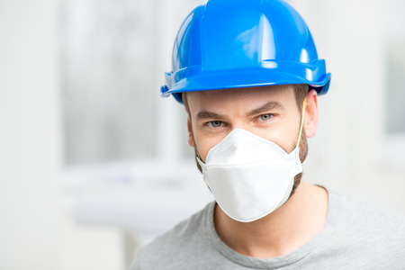Builder with protective mask Фото со стока - 71051671
