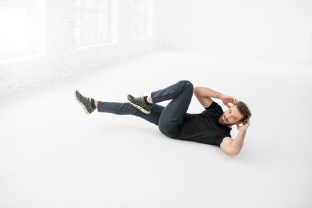 laying abs exercise: Man doing abs