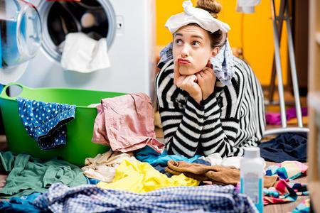 女性家で服を洗濯