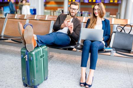 Zakenpaar op het vliegveld Stockfoto