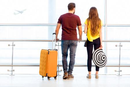Paar op het vliegveld Stockfoto