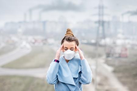 Frau mit Maske in der Stadt Standard-Bild