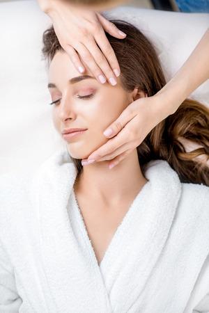 Vrouw krijgt gezichtsmassage