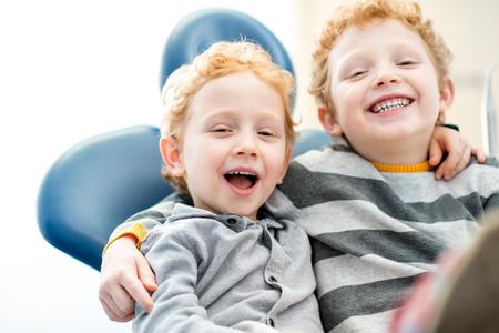 Portrait d'un garçon souriant au cabinet dentaire