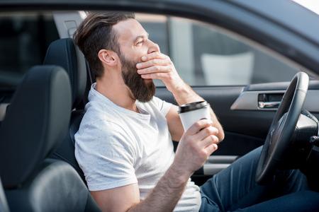 Müder Mann, der ein Auto fährt Standard-Bild - 75500175