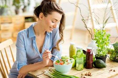 건강한 샐러드를 먹는 여인 스톡 콘텐츠