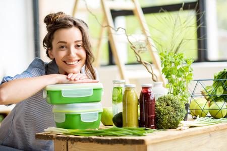 Vrouw met lunchdozen Stockfoto