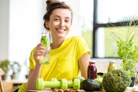 실내 건강에 좋은 음식을 가진 여인