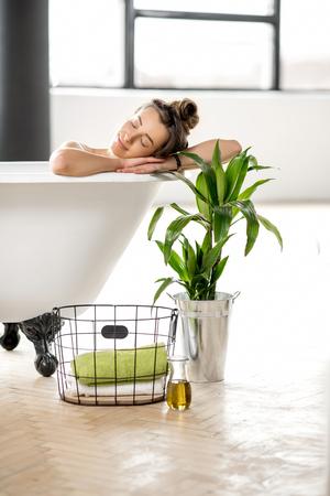 여자 욕조에서 휴식