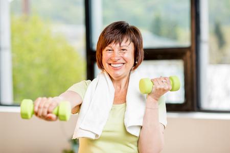 年上の女性が室内で運動 写真素材